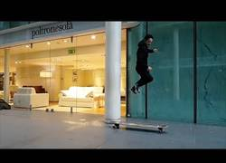 Enlace a Las increíbles habilidades que logra este tío por las calles con su longboard