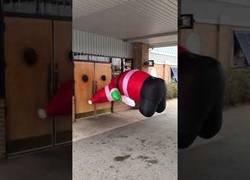 Enlace a El Santa Claus hinchable que quería entrar al bar a tomarse unas copas