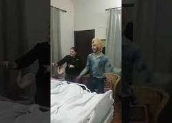 Enlace a Esta familia tiene la mejor solución para animar a este hombre en su enfermedad en el hospital