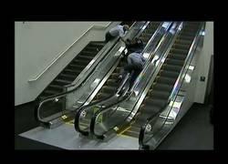 Enlace a La tremenda caída de esta mujer en silla de ruedas por una escalera mecánica