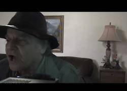 Enlace a Este hombre mayor canta la famosa cancion Lil Pump