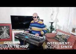 Enlace a Nuestro ruso favorito del piano nos vuelve a sorprender tocando