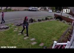 Enlace a Deja un paquete fácil de robar en la puerta de casa y no esperan la sorpresa que pasaría al tocarlo