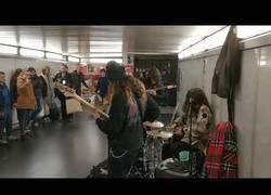 Enlace a Cuando pasas por el metro y tocan tu canción favorita es el momento de vivirla a tope