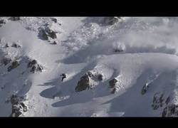 Enlace a Parecía una mañana tranquila en la nieve hasta que una gran avalancha se vino sobre él