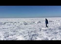 Enlace a Va a la playa se encuentra todo el océano congelado