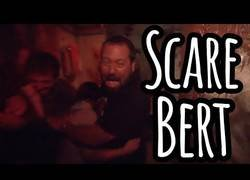 Enlace a El humorista Bert Kreischer se adentra en la casa del terror y lo pasa realmente mal