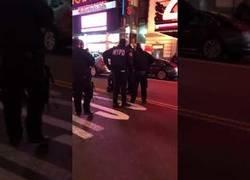 Enlace a Un conductor temerario trata de atropellar a un policía con su Mercedes AMG en Times Square