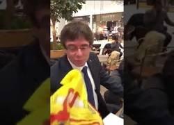 Enlace a Presionan a Puigdemont para que bese la bandera de España y muestra más dignidad que él en veinte vidas