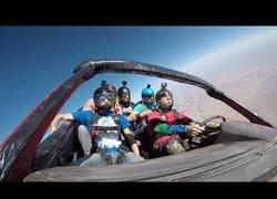 Enlace a Cinco colegas saltan en paracaídas...¡dentro de un coche!
