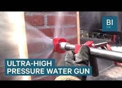 Enlace a La pistola revolucionaria para bomberos que con su fuerza a presión traspasa casi cualquier material