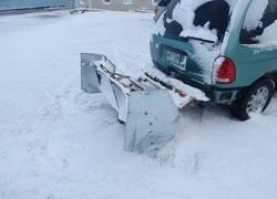 Enlace a Inventa un mecanismo para su coche que aparta a la perfección toda la nieve