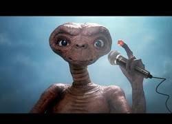Enlace a El genial remix de ET con escenas vistas en su película