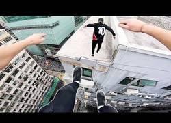 Enlace a Se saltan la seguridad de varios edificios para saltar por los tejados de casas de Hong Kong