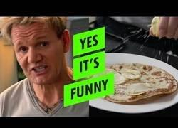 Enlace a Gordon Ramsay se cocina unas tortitas crujientes que se ven bien deliciosas