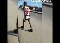 Enlace a Los peligros de andar borracho por una carretera