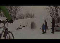 Enlace a La nieve bloqueaba su camino en Boston así que decidieron hacer un túnel