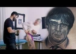 Enlace a Se tatúa la cara de Puigdemont en el trasero y este es el resultado final