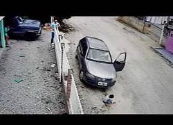 Enlace a El terrible momento en el que atropella a su sobrino que se agachó frente al coche