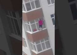 Enlace a En Moldavia limpian la casa arriesgando por completo sus vidas