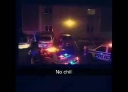 Enlace a En pleno operativo policial un vecino pone banda sonora desde su casa a todo trapo