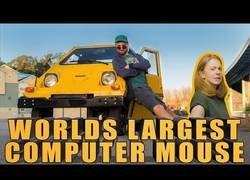Enlace a Programan el volante de este coche para usarlo como ratón en un ordenador