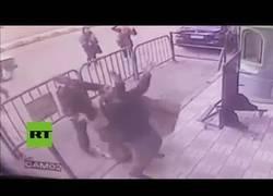 Enlace a Momento preciso que policía atrapa a un niño que cayó de edificio