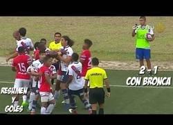 Enlace a Dos jugadores rivales se besan en la boca mientras se peleaban en pleno partido