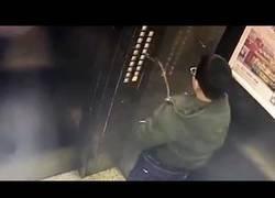 Enlace a La bestial ración de karma para el niño que orinó en un ascensor