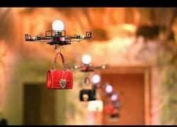 Enlace a Dolce Gabbana sorprende al mundo haciendo un desfile de bolsos con drones