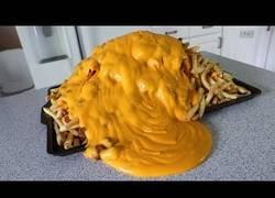 Enlace a El reto de comerse 10.120 calorías de patatas fritas con salsa de queso