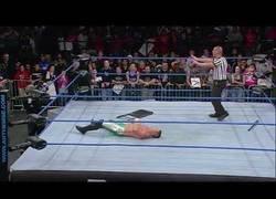 Enlace a El tremendo fallo en pleno combate de la WWE al colpear con una silla a un contrincante