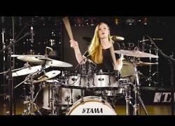 Enlace a El arte de Anika Nilles tocando la batería