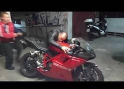 Enlace a Pone en marcha su Ducati y algo suena muy mal allí dentro