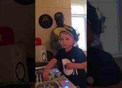 Enlace a Dj Archie, el niño que lo está petando pinchando temazos en YouTube