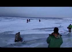 Enlace a Lío máximo al empezar a separarse las placas de hielo en mitad del mar