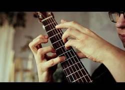 Enlace a Tocando Take on Me con una curiosa técnica con sus pulgares en la guitarra