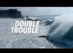 Enlace a Desafiando a las grandes olas de Nazaré, en Portugal y saliendo con vida de milagro