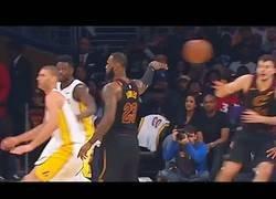 Enlace a LeBron James sorprende a toda la defensa rival haciendo un pase de los que pasan a la historia