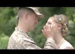 Enlace a Este marine sorprendió a su hermana el día de su boda