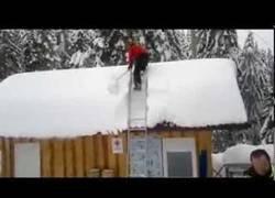 Enlace a Así se quita la nieve de un tejado en menos de un minuto