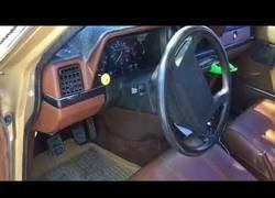 Enlace a Tunea un Volvo 240 para que suene una música diferente al dejarse el coche abierto