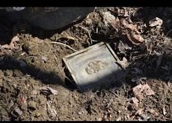 Enlace a Encuentra un tesoro bajo tierra y se lleva una gran sorpresa al ver lo que hay en su interior