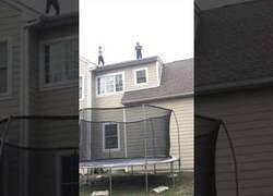 Enlace a Desafía la resistencia de una colchoneta saltando desde el tejado de su casa y lo que le pasa es lo esperado
