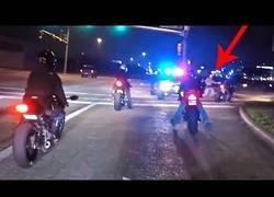 Enlace a Motoristas amigos de policías haciendo locuras por las calles