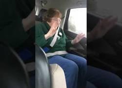 Enlace a Le ponen heavy metal a esta abuelita en el coche y lo vive a lo máximo