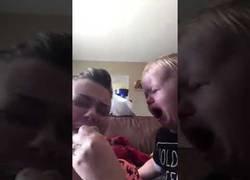 Enlace a Este bebé sabe bien como consolar a su mami cuando llora
