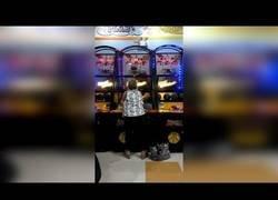 Enlace a Las increíbles habilidades de esta abuelita jugando al baloncesto en esta sala recreativa