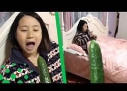 Enlace a La broma del pepino a su novia en la cama