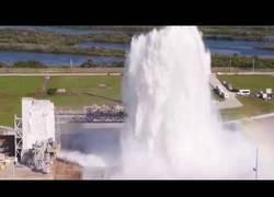 Enlace a Prueba de flujo de agua diseñada para mitigar el sonido y el calor creado por el empuje del cohete